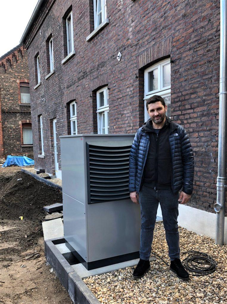 Samid Huskic vom gleichnamigen Fachbetrieb installierte eine Luft/Wasser-Wärmepumpe als Teil eines nachhaltigen Gesamtsystems in dem denkmalgeschützten Gebäude. (Bild: Roth Werke GmbH)