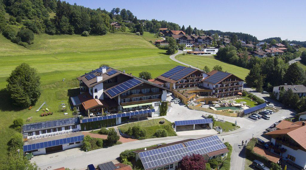 Als erstes zertifiziertes Biohotel im Allgäu zählt das Hotel Eggensberger in Hopfen am See zu den Vorreitern des Trends Nachhaltigkeit. Dazu trägt nicht zuletzt das innovative Energiekonzept bei. (Bild: Biohotel Eggensberger)