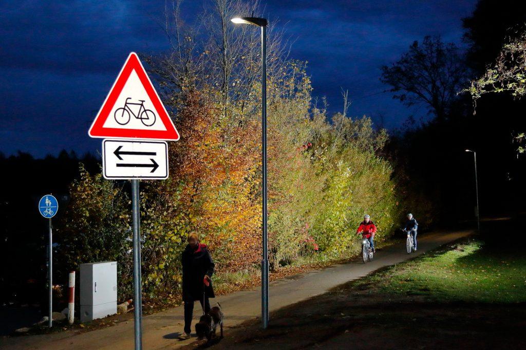Intelligente Radwegbeleuchtung: SCHUCH-Leuchten der Baureihe 48 LMS reagieren, dank eingebautem Lichtmanagementsystem LIMAS, auf Bewegung und steuern die Beleuchtung bedarfsgerecht. (Bild: Jan A. Pfeifer)