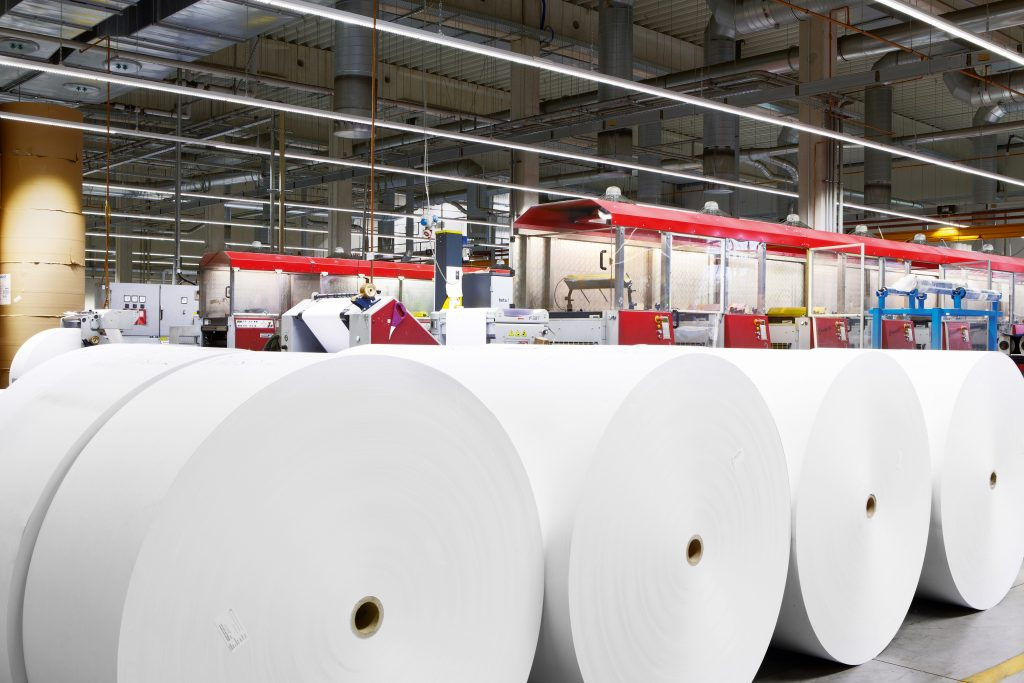Hohe Hallen: LED-Lichtbandsysteme spenden Licht für die Papierherstellung. (Bild: Licht.de/Signify)