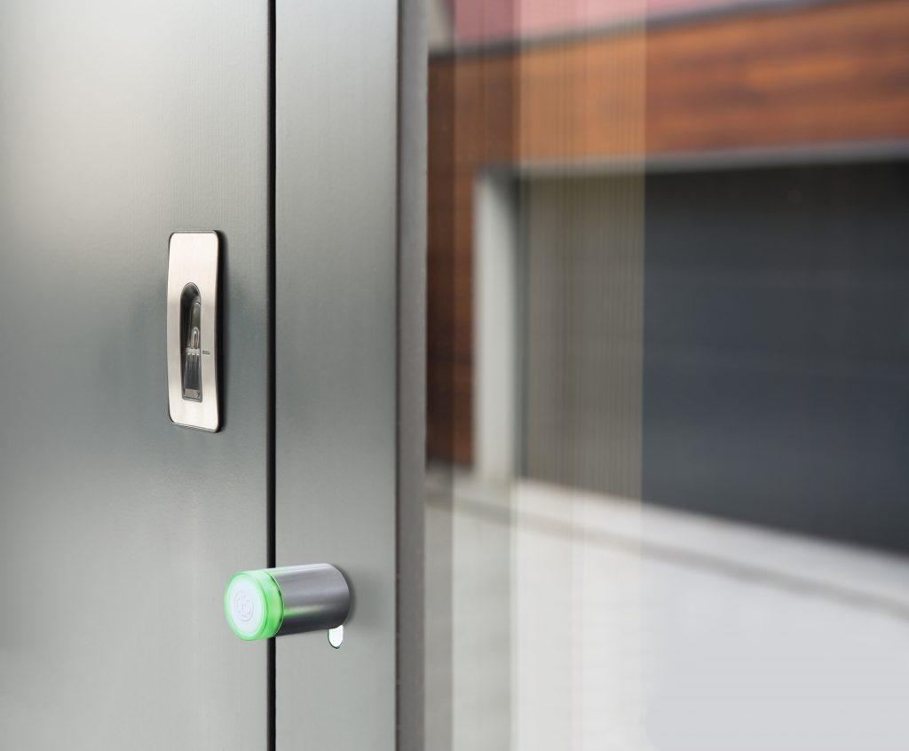 Keyless door system with fingerprint scanner reader installed on metallic door (Bild: CES)