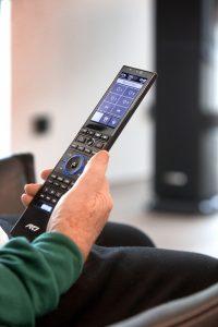 Auf der RTI-Fernbedienung lässt sich die Medientechnik steuern, aber auch die komplette Haustechnik mit Türkommunikation, Beleuchtungsszenen sowie die er der Videokameras aufrufen. (Bild: Ulrich Beuttenmüller für Gira)