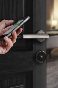 Mithilfe der Mroomote App von Miditec können Türen geöffnet und Raumkomponenten wie Heizung, Klima, Beleuchtung und Beschattung ganz einfach über das Smartphone gesteuert werden. (Bild: Miditec Datensysteme GmbH)