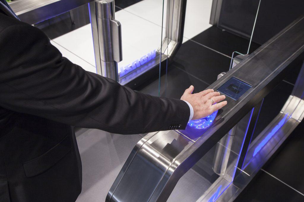 Die INTUS 1600PS-Handvenenerkennung integriert in das Wanzl Galaxy Gate zur Personenvereinzelung innerhalb eines vernetzten Schutzsystems im Unternehmen. (Bild: PCS Systemtechnik GmbH)