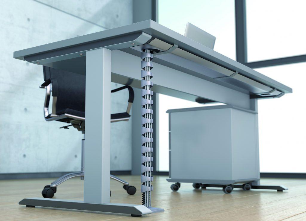 Die Daten- und Stromleitungen lassen sich mit der Energieführungskette Protum P0400GS01 einfach vom Schreibtisch zum Boden führen. (Bild: Tsubaki Kabelschlepp GmbH)