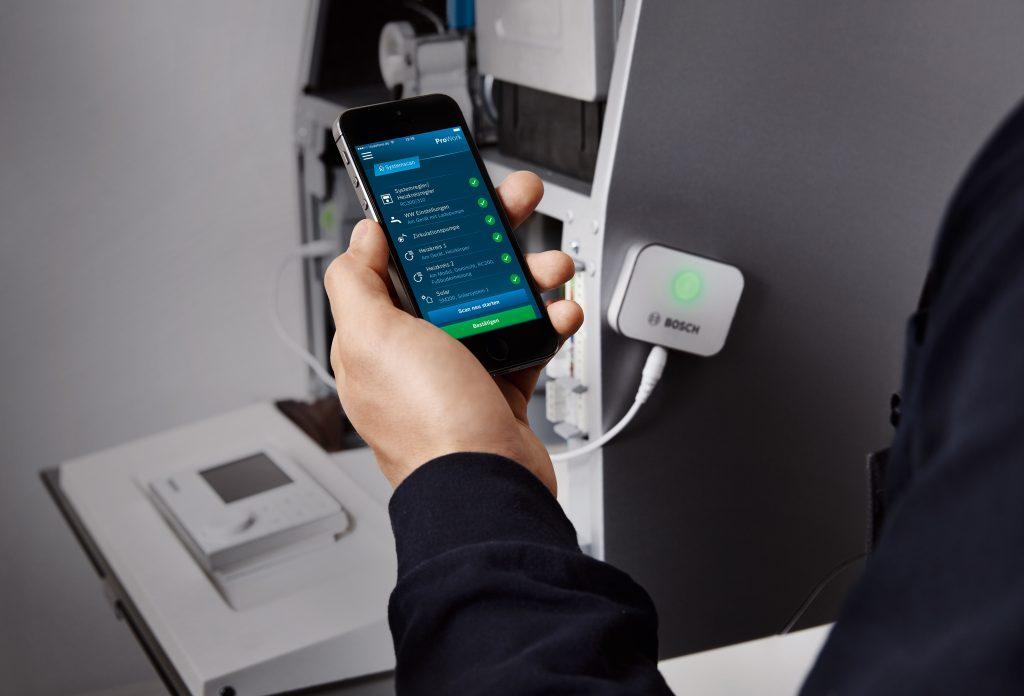 Die App ProWork wird über den Smart Service Key an den Heizkessel angeschlossen. Sie hilft dem Installateur sowohl während der Inbetriebnahme als auch bei Wartungsarbeiten (Bild: Buderus)