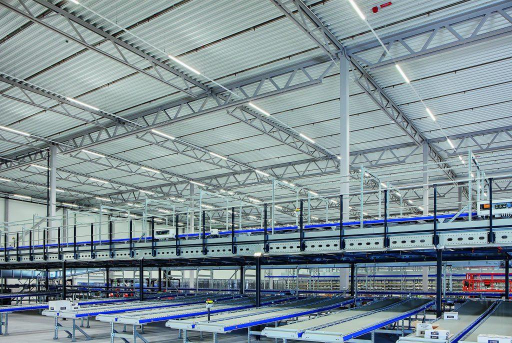 Für passende Lichtqualität mit hohen Beleuchtungsstärken in allen Lagerbereichen sorgen SDT-Lichtbänder von Regiolux. (Bild: Mikael Dubois, Stockholm, für Regiolux)
