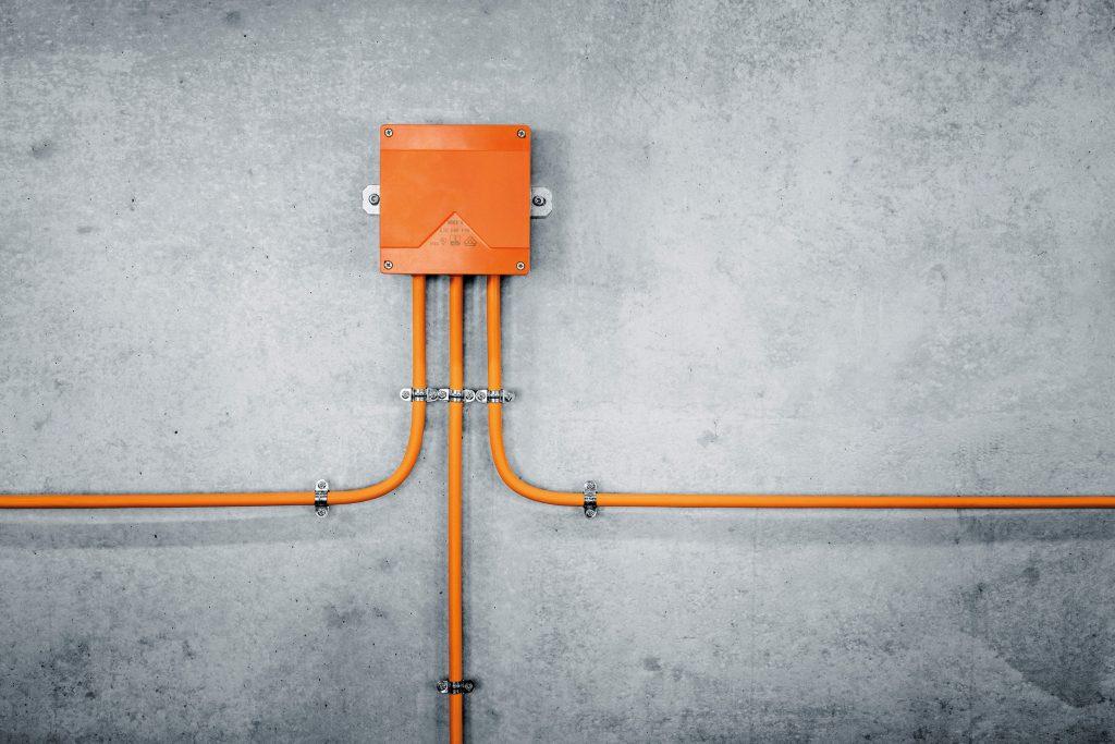 Sowohl im Innen- als auch Außenbereich gewährleisten die Produkte der WKE-Serie eine unterbrechungsfreie Funktion aller relevanten Sicherheitssysteme im Brandfall. (Bild: Günther Spelsberg GmbH & Co. KG)