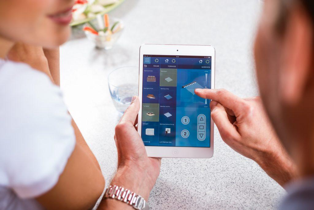 Individuelle Einstellungen lassen sich ganz einfach über die CentralControl vornehmen. Direkt über das Touchdisplay oder von unterwegs per Smartphone oder Tablet. (Bild: Becker-Antriebe GmbH)