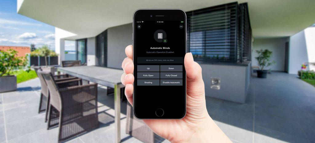 Eine intelligente Gebäudeautomation sorgt von selbst für die richtige Beschattung - mithilfe einer App haben Nutzer alle wichtigen Informationen parat. (Bild: Loxone Electronics GmbH)