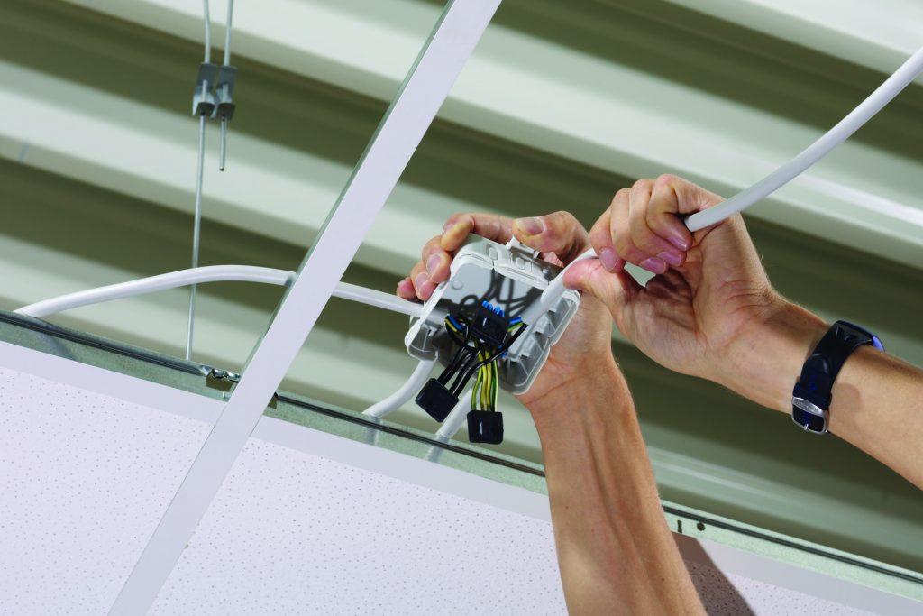 Einführungen der Q-Varianten ist der Schutz bereits verdrahteter Leitungen vor mechanischer Belastung sichergestellt. Damit bietet Spelsberg eine Lösung, die das VDE-konforme Nachrüsten von Leitungsanlagen mit Berührungsschutz ermöglicht. (Bild: Günther Spelsberg GmbH & Co. KG)