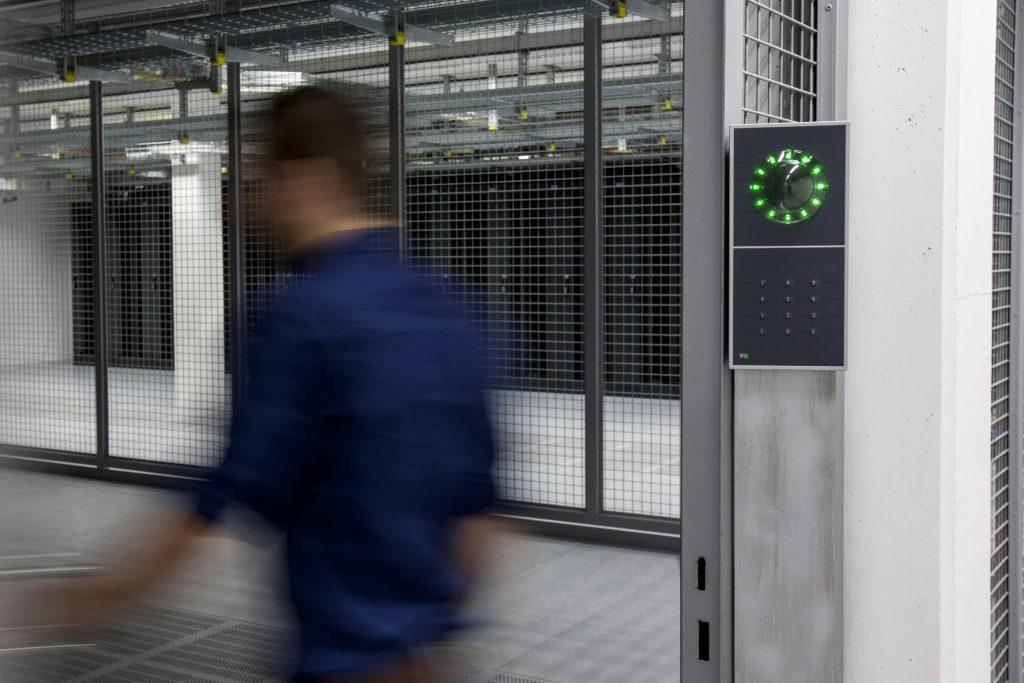Die INTUS 1600PS-II Handvenenerkennung schützt Rechenzentren oder Forschungsetagen. (Bild: PCS Systemtechnik GmbH)