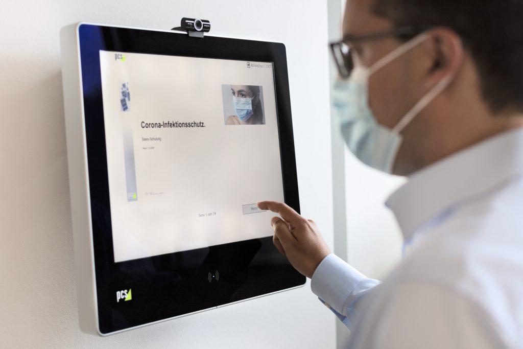 Mit dem PCS Besuchermanagement werden Selbstauskunft oder Sicherheitsschulungen selbständig am Kioskterminal erledigt. (Bild: PCS Systemtechnik GmbH)