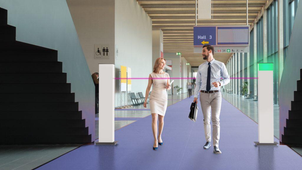 Grünes Licht für Kunden und Besucher: Die Säulen der Zutrittsampel sind per Lichtschranke miteinander verbunden. (Bild: Deutsche Telekom IoT GmbH)