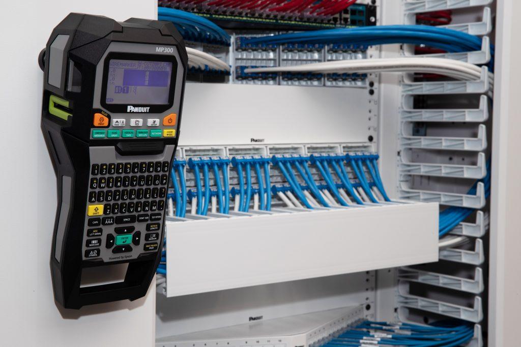 Durch die magnetische Rückseite kann man den neuen mobilen Drucker MP300/E einfach am Schaltschrank anbringen. Das Gerät arbeitet zuverlässig bei Temperaturen zwischen -40 und +66°C. (Bild: Panduit EEIG)