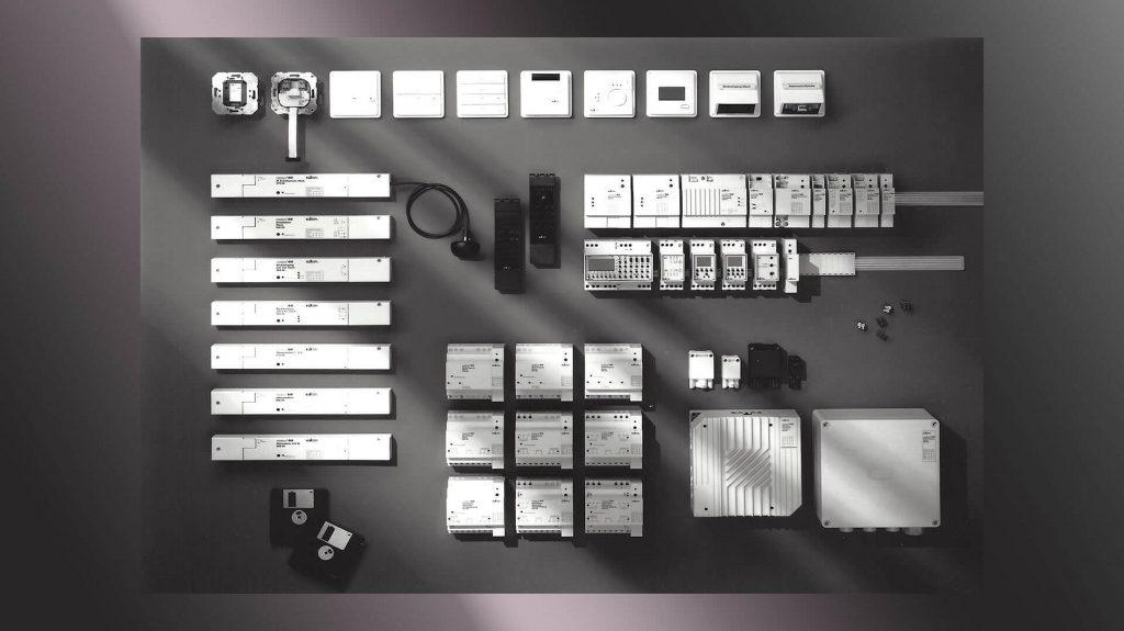 KNX ist ein Welterfolg: 500 470 Hersteller weltweit gehören zu diesem Netzwerk mit mehr als 8.000 intelligenten Produkten und zertifizierten KNX-Komponenten, etwa 90.000 System-Integratoren und geschulte KNX-Spezialisten installieren, parametrieren und programmieren Lösungen für vernetzte Gebäudeautomation im Smart Building. Gira war von Anfang an dabei. (Bild: Gira Giersiepen GmbH & Co. KG)