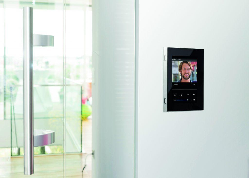 Türkommunikation mit Smart Control: Adaptives, responsives Design auf unterschiedlich großen Displays (links Smart Control 5, rechts Smart Control 7). (Bild: Albrecht Jung GmbH & Co. KG)
