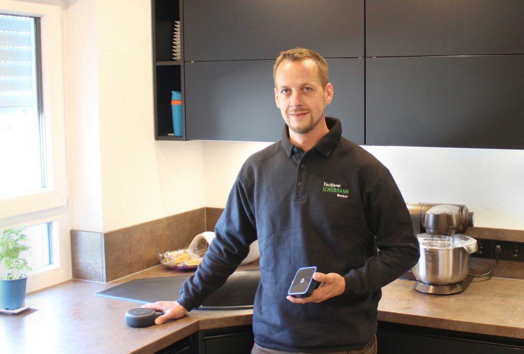 Bei sich daheim führt Tischlerei-Inhaber Philipp Becker die Vorteile bidirektionaler Funktechnologie sowie von Selve Home live vor. (Bild: Selve GmbH & Co. KG)