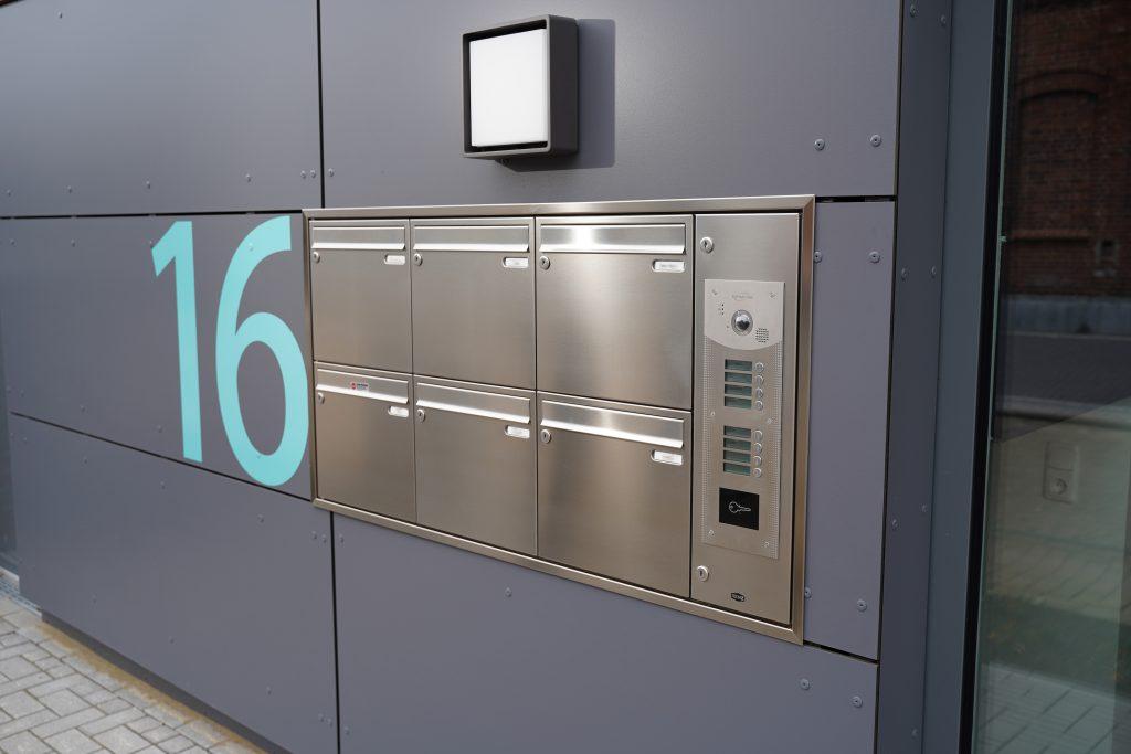 Die eingebaute Video-Gegensprechanlage DITA von Intratone fügt sich optisch perfekt in das moderne Design des Wohngebäudes ein. (Bild: Intratone GmbH)