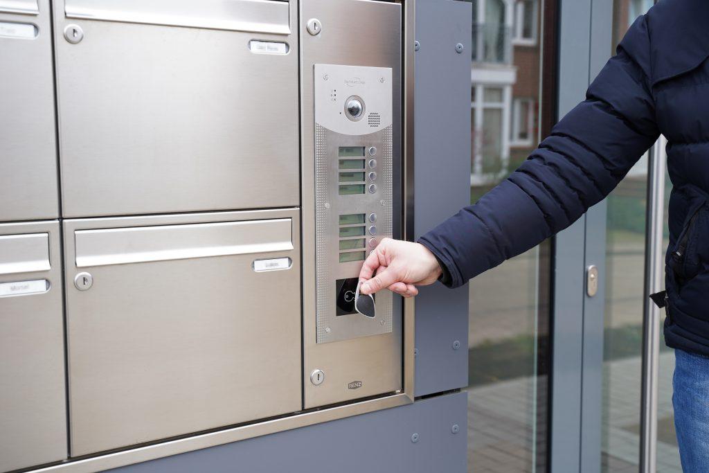 Die Bewohner können die Haustür mithilfe eines Transponders entriegeln und erhalten so schnell Zutritt zum Wohnhaus. (Bild: Intratone GmbH)