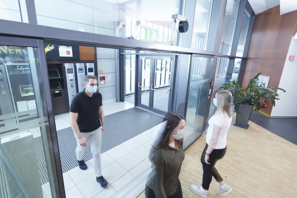 PeopleCounter ermöglicht eine anonymisierte Zählung von Personen auf einem vordefinierten Raum, um Überfüllung zu verhindern. (Bild: Sick AG)