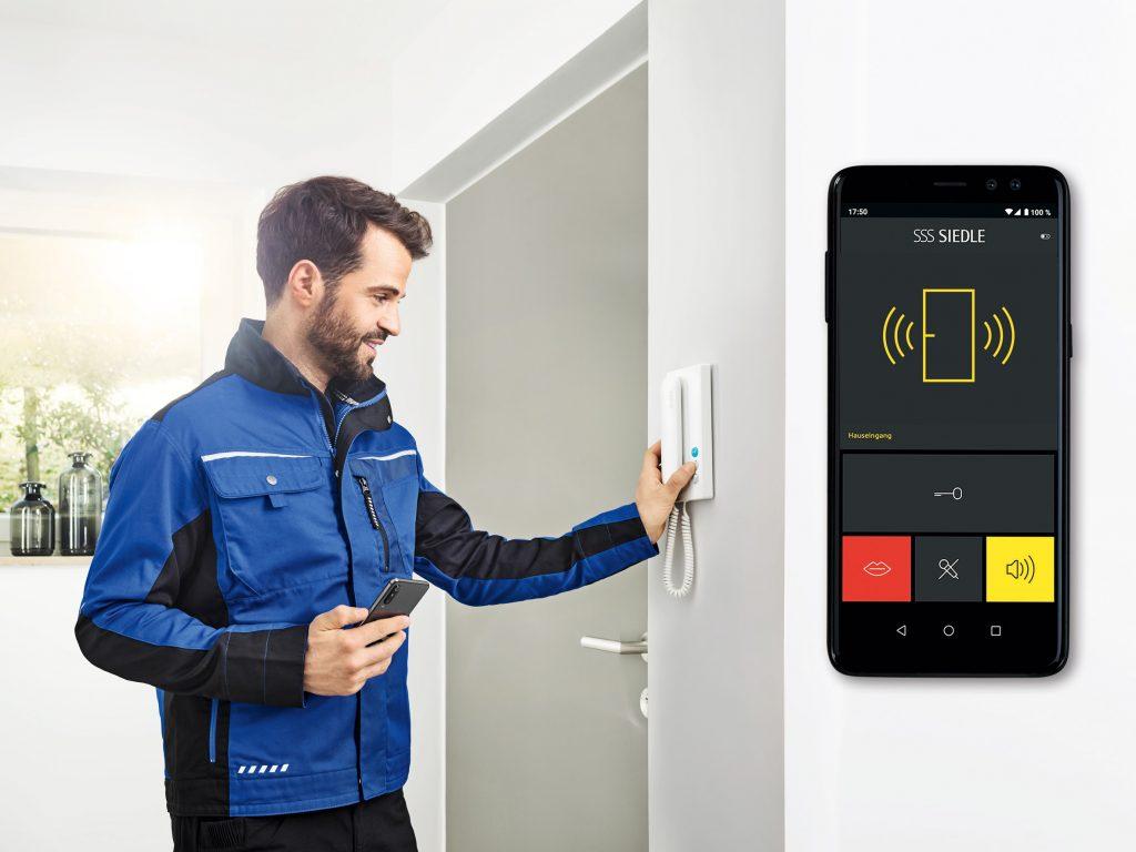Für Neuanlagen und im Bestand: Das IQ-Haustelefon bringt den Türruf per Siedle App sicher auf das Smartphone. (Bild: S. Siedle & Söhne)