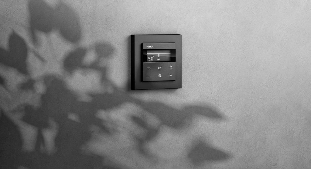 Mit dem neuen Raumtemperaturregler werden die drei Funktionen Lichtsteuerung, Jalousiesteuerung und Heizungssteuerung in einem System gebündelt. (Bild: Gira)