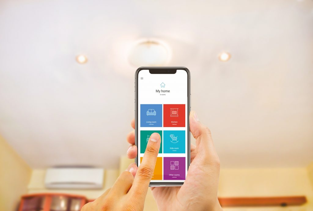 Über die individualisierbare Smartphone-App lassen sich die Yeslys den anzusteuernden Geräten zuordnen, dabei können bis zu vier Szenarien pro Yesly programmiert werden. (Bild: Finder GmbH)