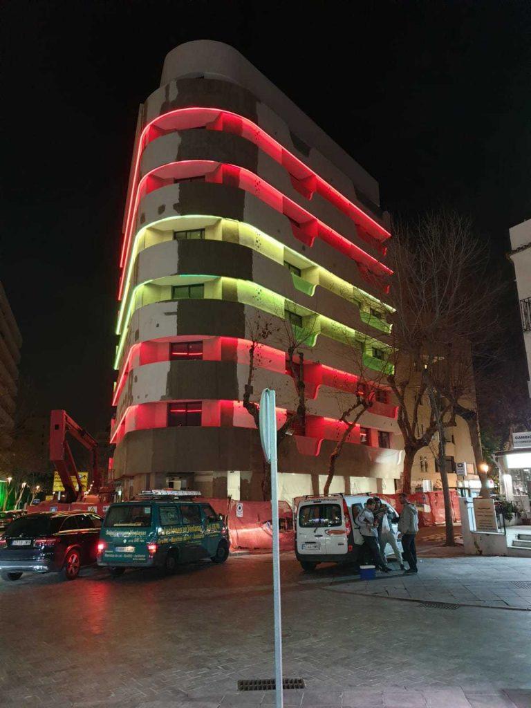 Ein Blickfang des modernisierten Vier-Sterne-Hotels ist die dynamische, farbige Fassadenbeleuchtung, die sich über alle sechs Stockwerke des Eckgebäudes erstreckt. (Bild: Tridonic GmbH & Co. KG)