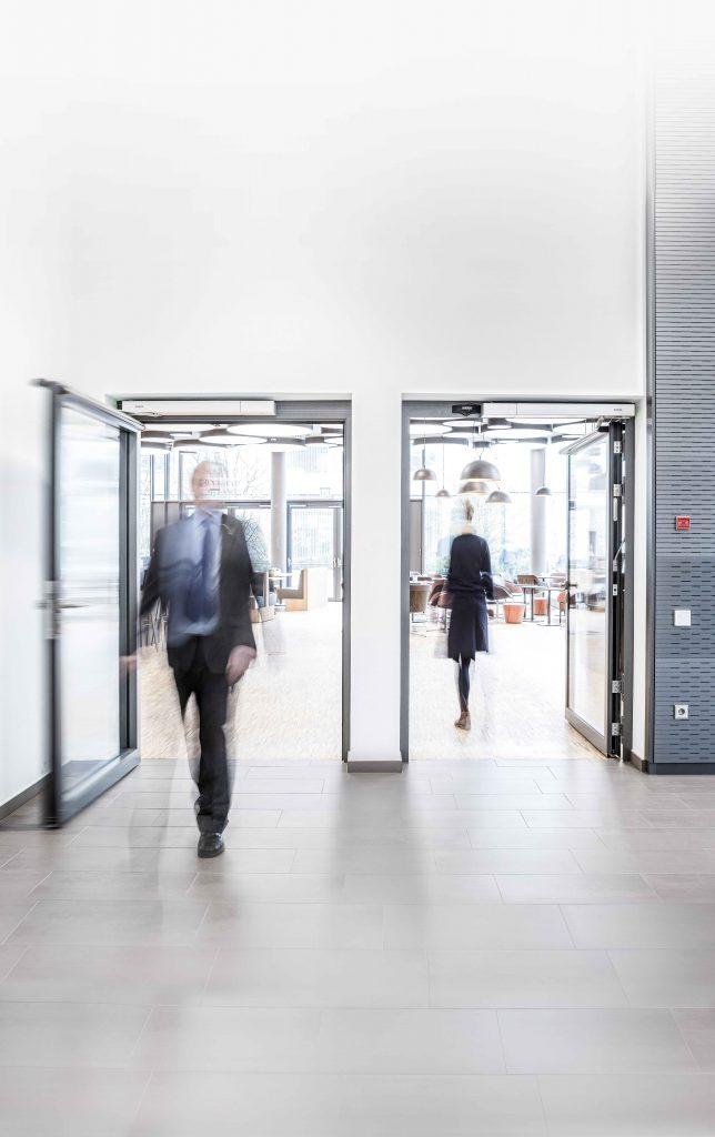 Ein intelligentes und flexibles Zutrittsmanagement für unterschiedliche Benutzergruppen schafft eine sichere und angenehme Umgebung. (Bild: Jürgen Pollak / Geze GmbH)