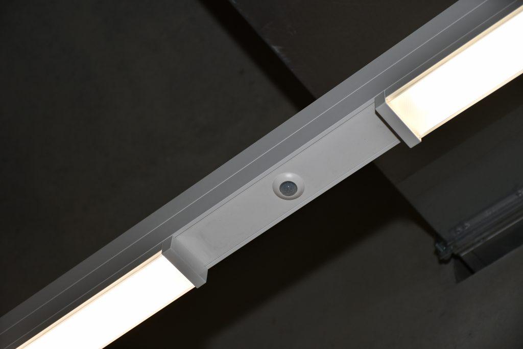 Trotz des äusserst kleinen Sensorkopfes erfasst der PD9-KNX-DX in einem Umkreis von 10m Durchmesser. Seine Bauform ist ausgelegt für den Einbau in Leuchten und Lichtbandsysteme. (Bild: B.E.G. Brück Electronic GmbH)