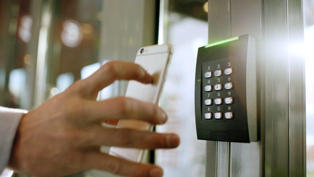 Der kontaktlose Zutritt zu einem Gebäude kann beispielsweise über einen QR-Code erfolgen. (Bild: Axis Communications GmbH)
