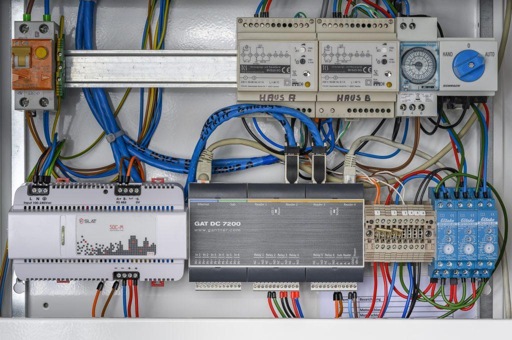 Vernetzte Systemkomponenten: Türsteuerung GAT DC 7200 und Mikro-USV SDC-M DMR RS mit Statusmeldungen in Echtzeit an mobile Endgeräte (Bild: Gantner)