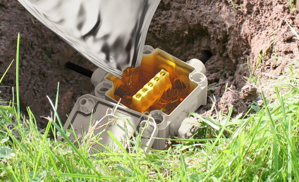 Kabelabzweigkasten auf Tauchgang mit Aquasit Vergussmasse (Bild: OBO Bettermann Vertrieb Deutschland)
