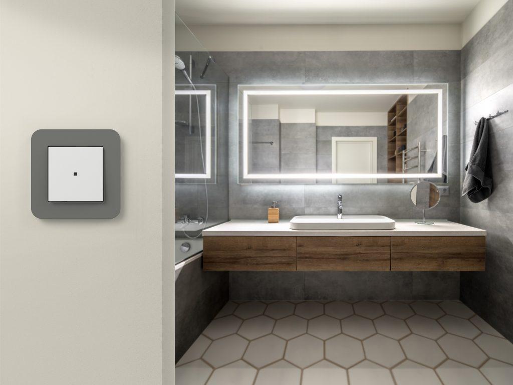 Die neuen 1-fach-Bedienaufsätze lassen sich als 230V-Sender nutzen. Dies bedeutet, dass sie spannungsversorgt sind und keine Batterien benötigt werden. (Bild: Gira)