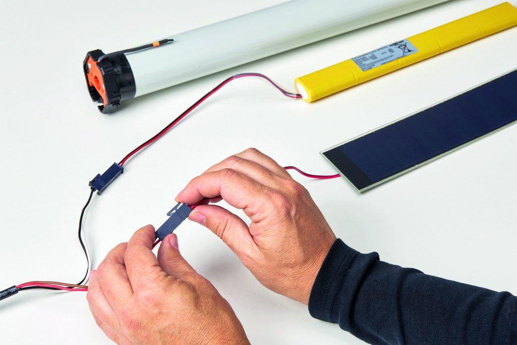 Die Komponenten des Antriebssystems RolSolar werden per Miniplug verbunden. (Bild: Elero GmbH)