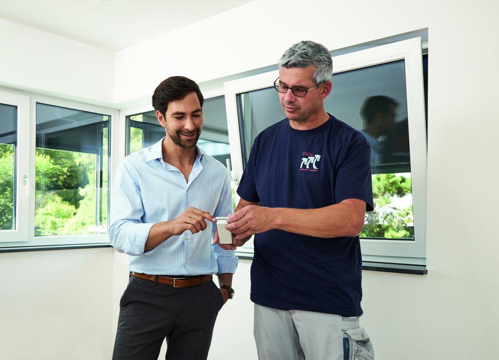 Der Bauherr lässt sich vom Monteur in die Bedienung des 6-Kanal-Funkhandsenders VarioCom-868 einweisen. (Bild: Elero GmbH)