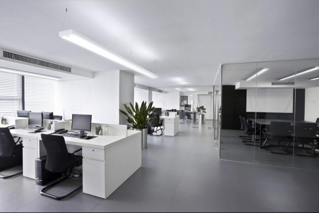 Die Opendo LED kann wahlweise als Lichtband oder Einzelleuchte, als Anbau- oder Hängeversion eingesetzt werden. (Bild: Trilux GmbH & Co. KG)