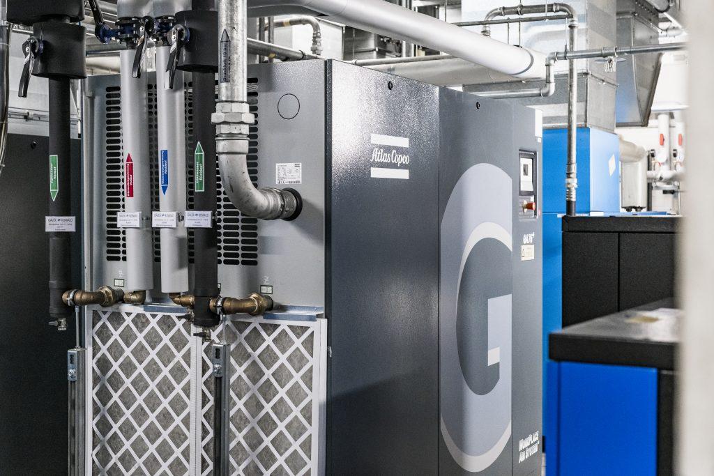 Der wassergekühlte Kompressor mit Wärmerückgewinnung (WRG) trägt zur Ressourcenschonung bei. Er ermöglicht, dass die Abwärme ideal genutzt werden kann und so weniger Energie zur Deckung der Heizlast benötigt wird. (Bild: Wago Kontakttechnik GmbH & Co. KG)