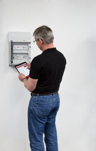 Komfortable Wartung und Konfiguration mit Tablet (Bild: B.E.G. Brück Electronic GmbH)