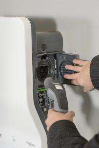 Photovoltaik und Elektromobilität lassen sich ideal kombinieren und E-Autos mit eigenem Ökostrom versorgen. (Bild: Schneider Electric GmbH)