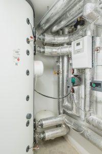 Jedes Mehrfamilienhaus verfügt auch über einen Pufferspeicher SBP 1000 E, der die Wärme bevorratet. Über den Wärmepumpenmanager werden alle eingestellten Funktionen automatisch geregelt. (Bild: STIEBEL ELTRON GmbH & Co. KG)