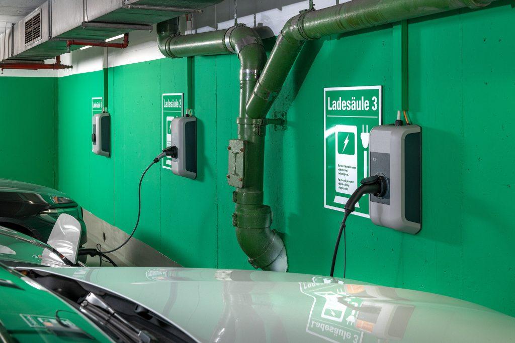 In Tiefgaragen werden meist Wall-Boxen mit maximal 11 oder 22 kW je Ladepunkt installiert. (Bild: Tüv Süd)