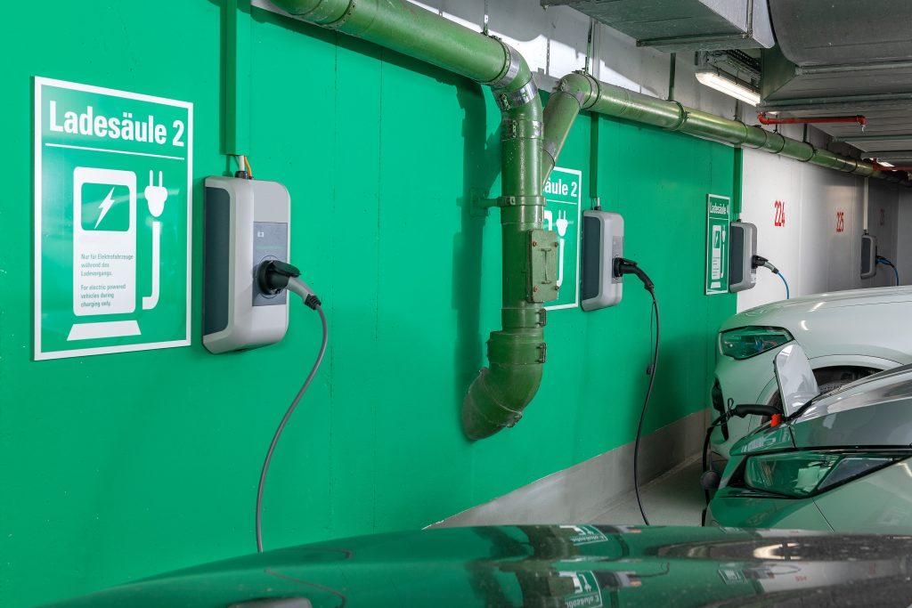 Ein intelligentes Lastmanagementsystem verhindert eine Überlastung der elektrischen Anlage. (Bild: Tüv Süd)