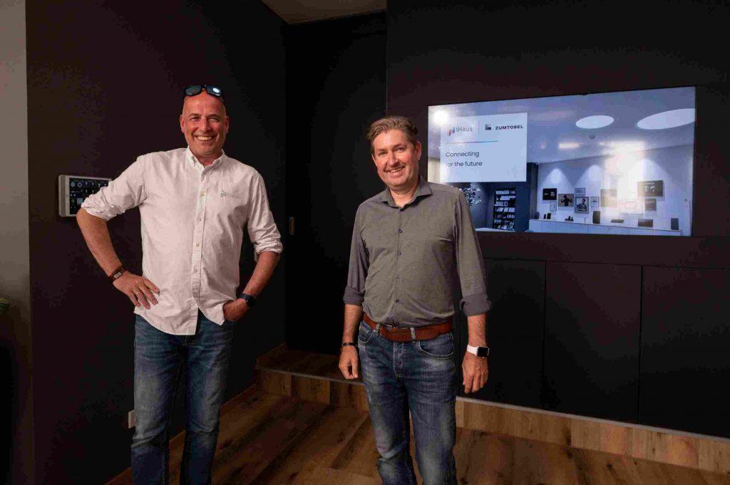 Robert Klug, CEO von iHaus (links) und Manfred Petschulat, Marketing Director & Regional Sales Manager von Zumtobel (rechts). (Bild: iHaus AG)