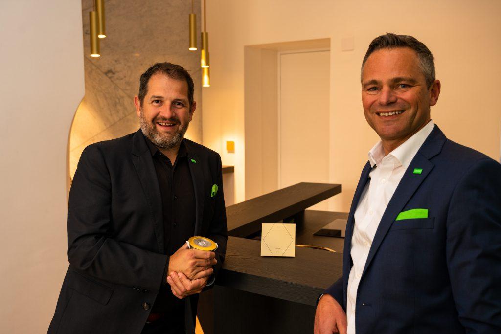 (v.l) Thomas Moser, Mitinhaber Loxone und Rüdiger Keinberger, CEO, bei der Eröffnung des neuen Loxone Office und Experience Center in Wien (Bild: Loxone)