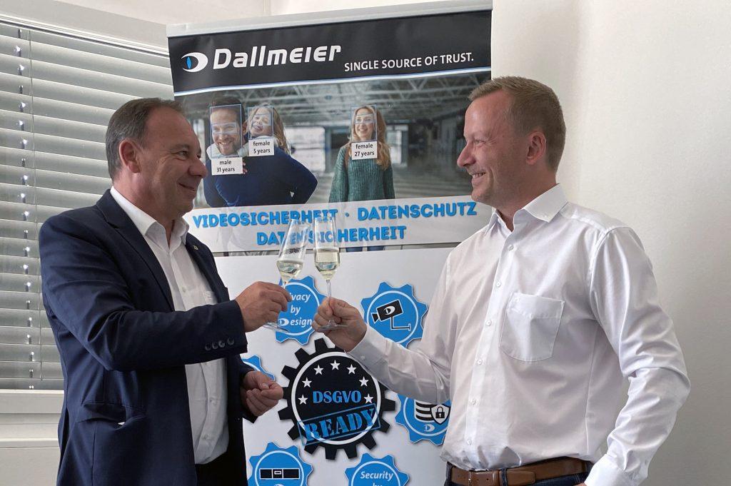 Mit einer kleinen Feierstunde eröffneten Georg Martin, Chief Communications Officer (CCO), und Christian Linthaler, Head of Sales Austria & Switzerland bei Dallmeier, die Räumlichkeiten der neuen österreichischen Niederlassung. (Bild: Dallmeier Electronic GmbH & Co.KG)