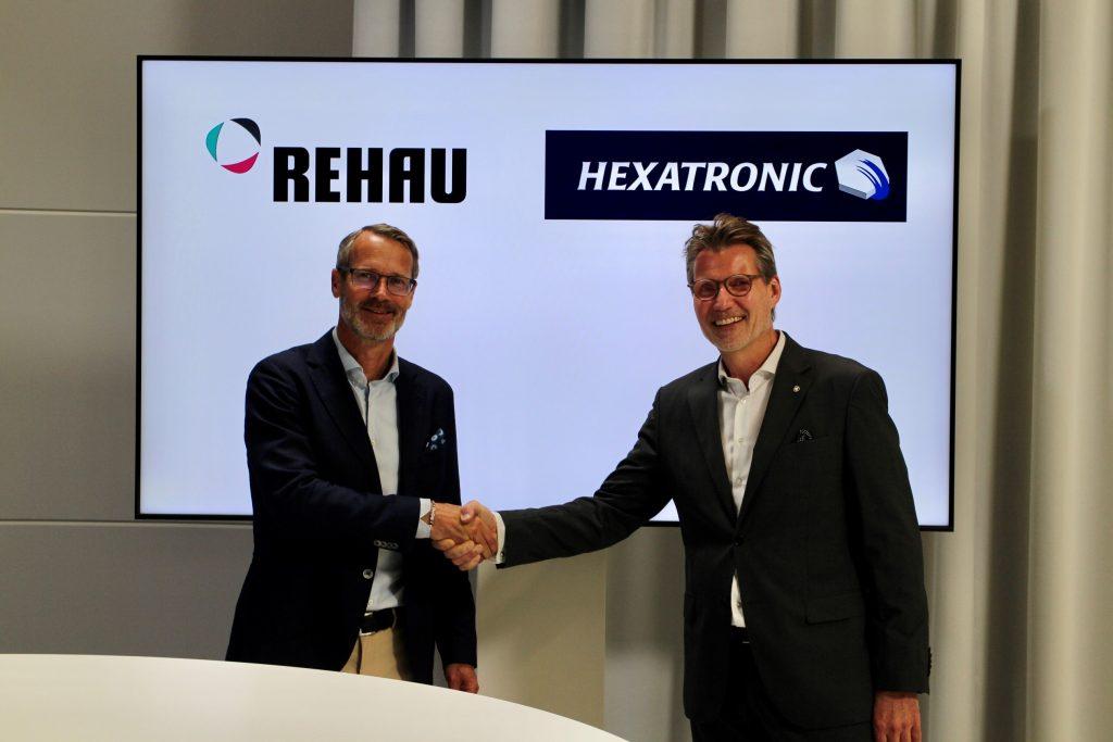 Dr. Roger Schönborn, Leiter der Division Building Solutions der Rehau Gruppe und Henrik Larsson Lyon, CEO der Hexatronic Gruppe (Bild: Rehau AG + Co)