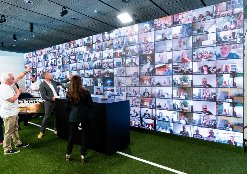 Bei der ersten digitalen Jahreskonferenz waren die Gira Aktiv Partner dem Live-Act in Radevormwald über das Internet zugeschaltet und auf der Videoleinwand präsent. (Bild: Gira)