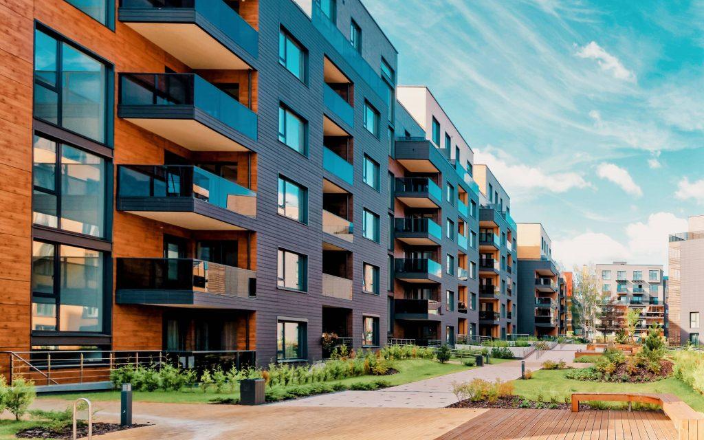 Dank der dezentralen Struktur lässt sich für jeden Raum und jede Wohnung eine separate Idealkonfiguration für Luft- und Abluftregulation gewährleisten, was unnötige Betriebsspitzen verhindert. (Bild: Lunos Lüftungstechnik GmbH)